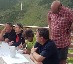Die Urlauber lassen sich Bücher des Bergsteigers signieren. Bild: Bauroth