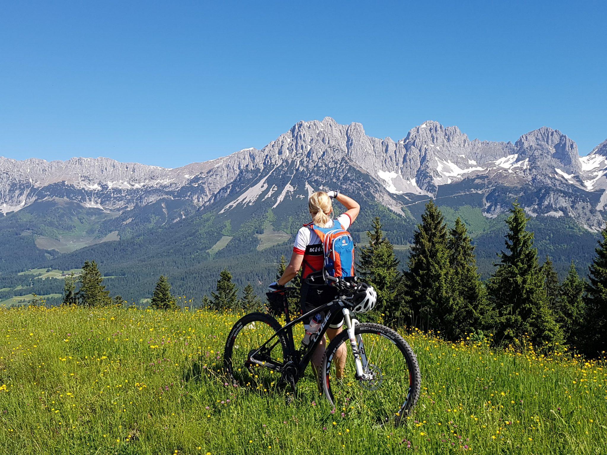 Die Region Wilder Kaiser ist ein Dorado für Radfahrer - mit einem sehr gut erschlossenem Radwegenetz, E-Bike-Verleih und -Ladestationen sowie sensationeller Kulisse. Foto: Bauroth