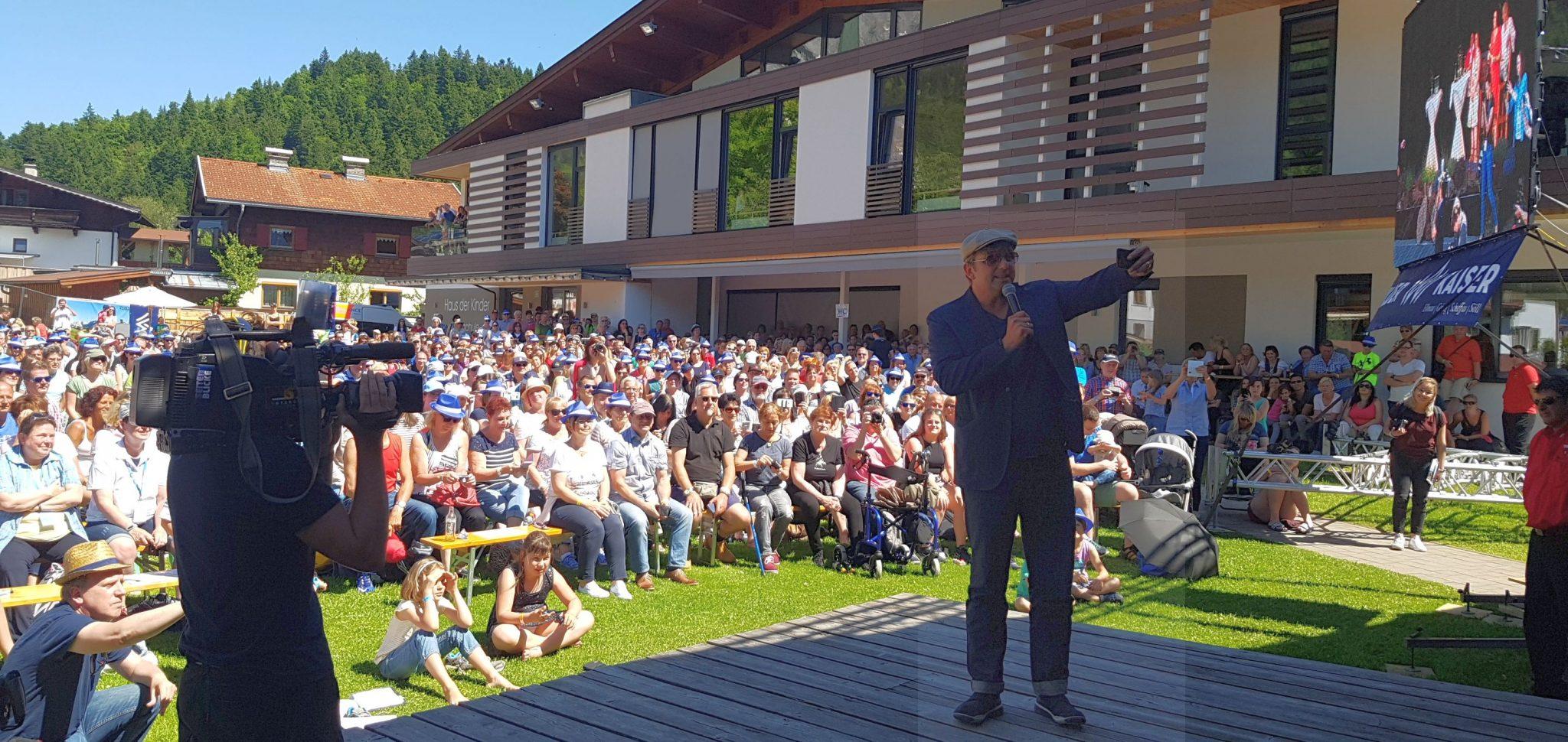 """1300 """"Bergdoktor""""-Anhänger sind zum Fantag Ende Mai nach Scheffau gekommen. Hans Sigl lässt """"Happy Birthday"""" singen für seinen """"guten Freund Kai"""" und filmt das Ganze mit dem Handy. Foto: Bauroth"""