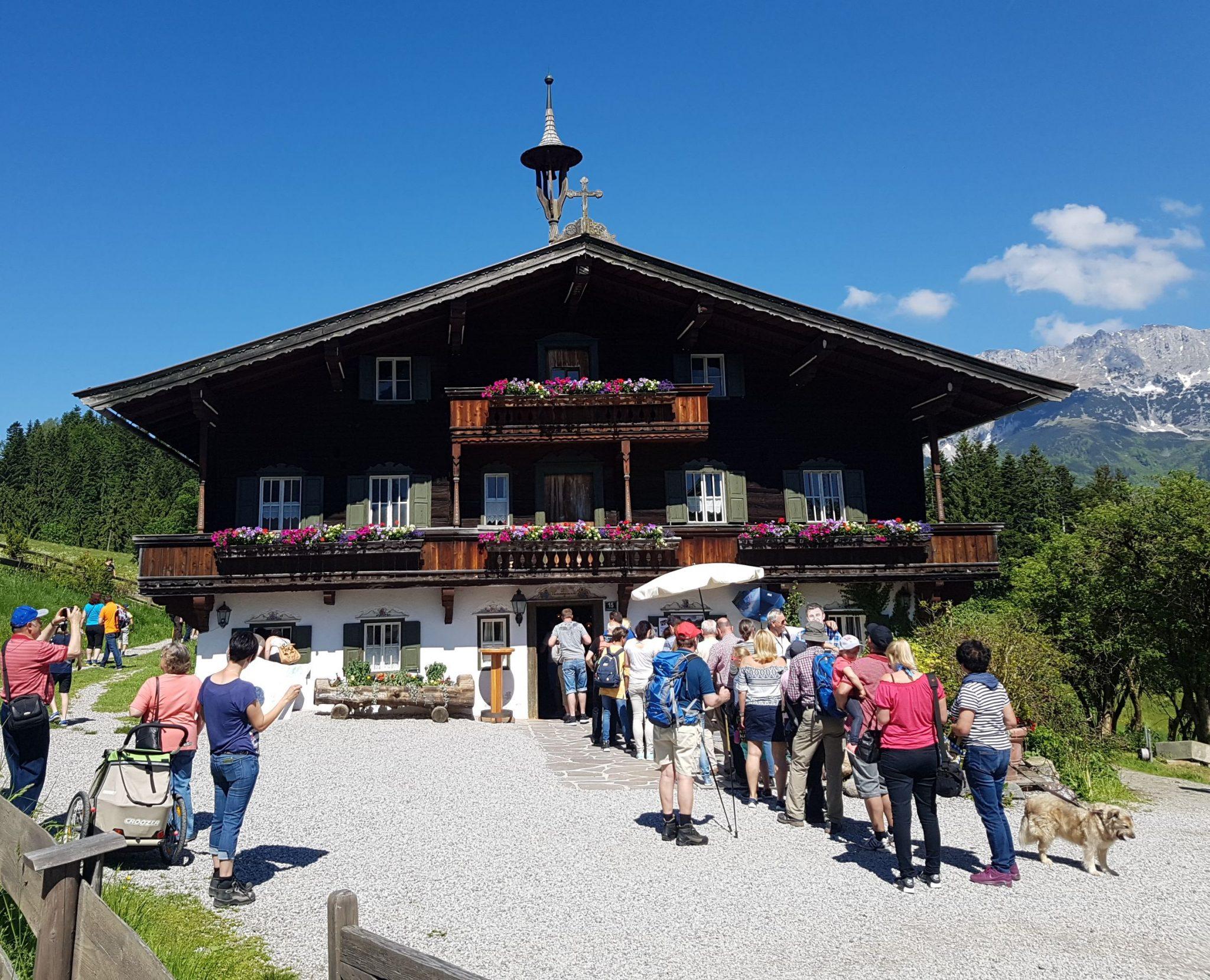 """Dienstags und freitags öffnet die """"Bergdoktor-Praxis"""" in Ellmau für zwei Stunden ihre Türen für die Gäste. Foto: Wieser"""