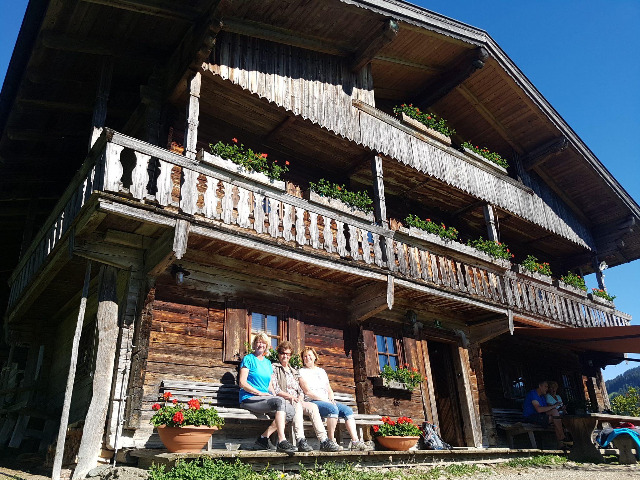 """Die Besitzerin des Köpfinghofs Aloisa Mayr (M.) mit ihren Töchtern vor dem """"Bergdoktor""""-Haus. Foto: Bauroth"""