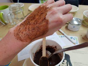 Kakaopulver ist auch in der Körperpflege angesagt – hier als Peeling-Mischung.