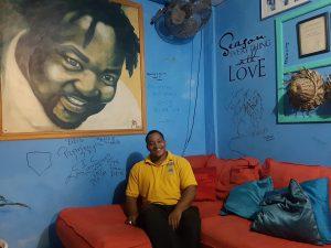"""In Bezug aufs Essen lohnt zudem ein Besuch bei Brian Benjamin und seiner Familie in """"BB's Crabback Caribbean Restaurant"""" am Hafen von St. George mit Blick aufs Wasser."""