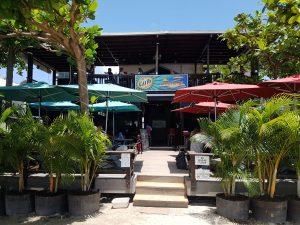 """""""Umbrella's"""" ist eine lässige Strandbar am Grand Anse."""