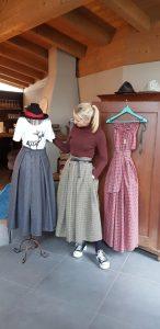 """Isabella Hofer ist """"rock.verliebt"""". Sie fertigt aus hochwertigen Stoffresten und Tischdecken Röcke sowie Kleider und gibt dem Frausein eine neue Note. © Bauroth"""