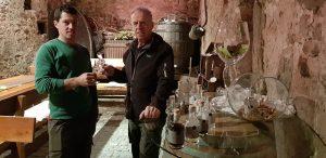 """Matthias Gögele stößt mit Vater Hans im schönen Weinkeller des """"Torgglerhofes"""" mit eigenen Brände an. © Bauroth"""