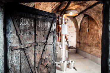 Hinter der alten Eisentür zum ehemaligen Gefängnis in Alt-Schenna verbirgt sich die Destillerie der Familie Gögele. © Andergassen/Torgglerhof