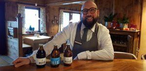 """Barkeeper Gaetano vom Hotel Hohenwart präsentiert eine Auswahl der hauseigenen Biere, die im Keller der Burschenschank """"Pfefferlechner"""" gebraut werden. Bild: Bauroth"""