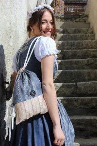 """Sieht nicht nur lässig zum Dirndl aus: die Kordelbeutel """"Frida Bag"""". Bild: Emi Massmer Emotions/Frida Bag"""
