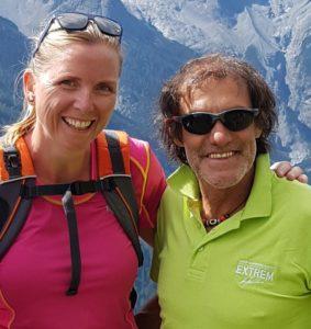 Die Autorin traf Hans Kammerlander zum Gespräch in dessen Heimat. Die Aufnahme entstand etwas früher bei einer gemeinsamen Wanderung mit Urlaubsgästen in Algund, Südtirol. Foto: Bauroth