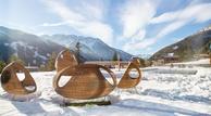 Sitzgelegenheit_beim_Aussenpool_im_Winter__Gradonna_Mountain_Resort_