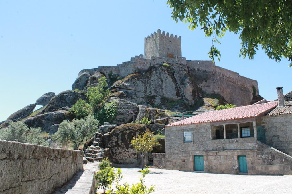 Wehrhaft auf Felsen erbaut: Der Burgfried von Sortelha; Foto: Heiner Sieger