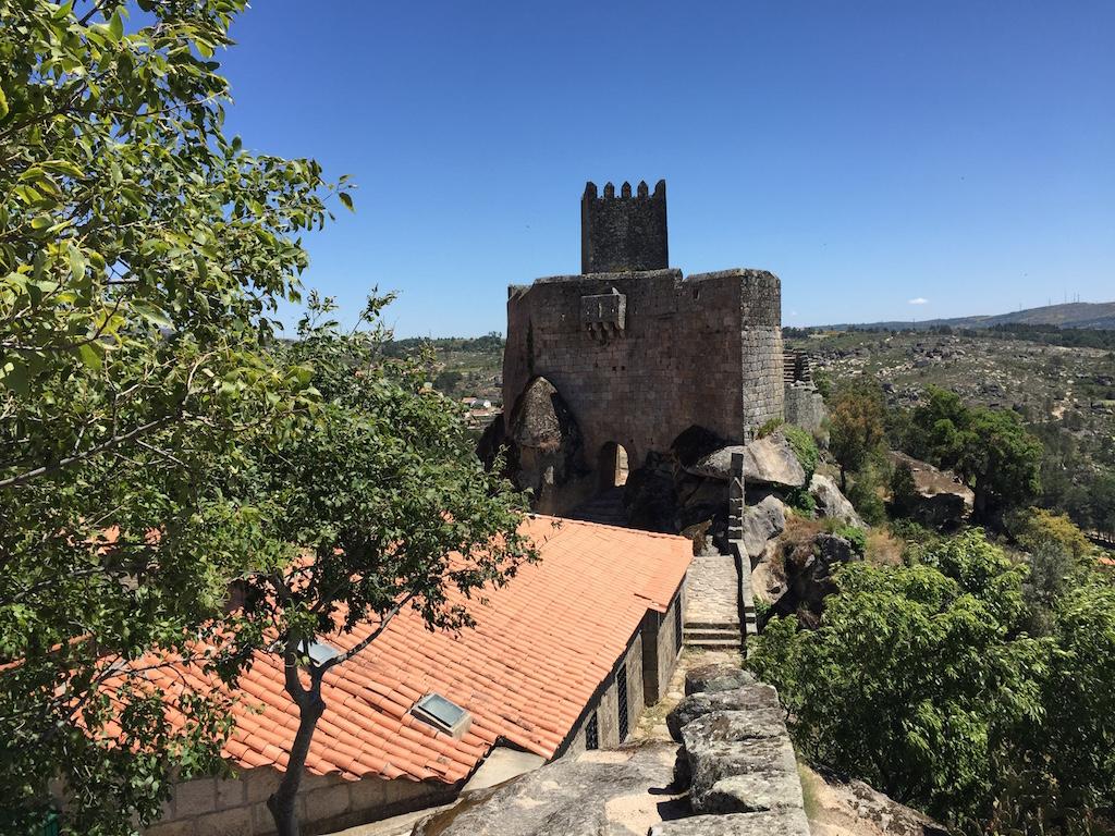 Ein Rundweg führt über die Burgmauer von Sortelha; Foto: Heiner Sieger