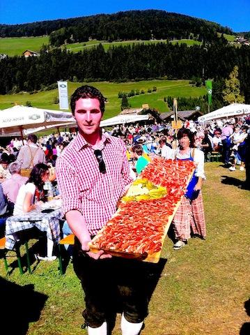 Michael Desaler vom Südtiroler Speckkonsortium präsentiert Südtirols vermutllich größte Speckplatte, Foto, Heiner Sieger