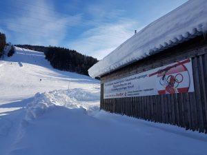 """An der Piste in Annaberg hängt ein Banner, das den großen """"Sohn der Gemeinde"""" würdigt: Skistar Marcel Hirscher. Bild: Bauroth"""