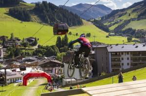 Halsbrecherisch auf dem Bike zu Tal beim Downhill-Marathon in Saalbach Hinterglemm