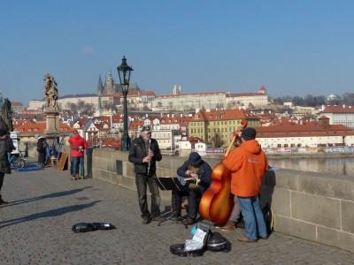 auf der Karlsbrücke in Prag über die Moldau
