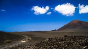 Der Nationalpark Timanfaya auf Lanzarote erinnert mit seinen Feuerbergen an eine Mondlandschaft. Foto: Turismo Lanzarote/Davidgp