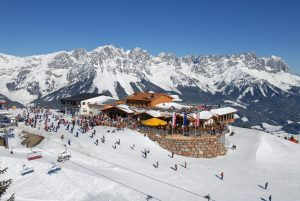Ski am Berg und Fahrrad im Tal