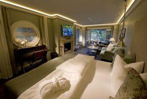 Ein Blick in den Wohnbereich der Bootshaus-Suite - ideal für Familien. Foto: KOLLERs Hotel