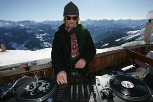 DJ auf der Sonnenterrasse der Kristallhütte. Foto:. www.schultz-ski.at