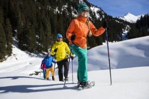 """Auf """"Bärentatzen"""" durch die verschneite Winterlandschaft. Foto: Montafon Tourismus"""