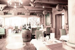Im lässigen Restaurant trifft alpine Gemütlichkeit auf regional-zeitgemäß interpretierte Küche. Ute Niedermayr/Zillertalerhof Alpine Hideaway