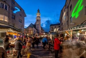 In der Haller Altstadt werden Kalenderblätter auf die Häuser projeziert