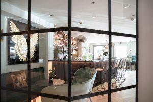"""Einfach lässig: Die """"Hof Bar"""" lädt zum Chillen ein und das für jeden Anlass. Bild: Ute Niedermayr/Zillertalerhof Alpine Hideaway"""