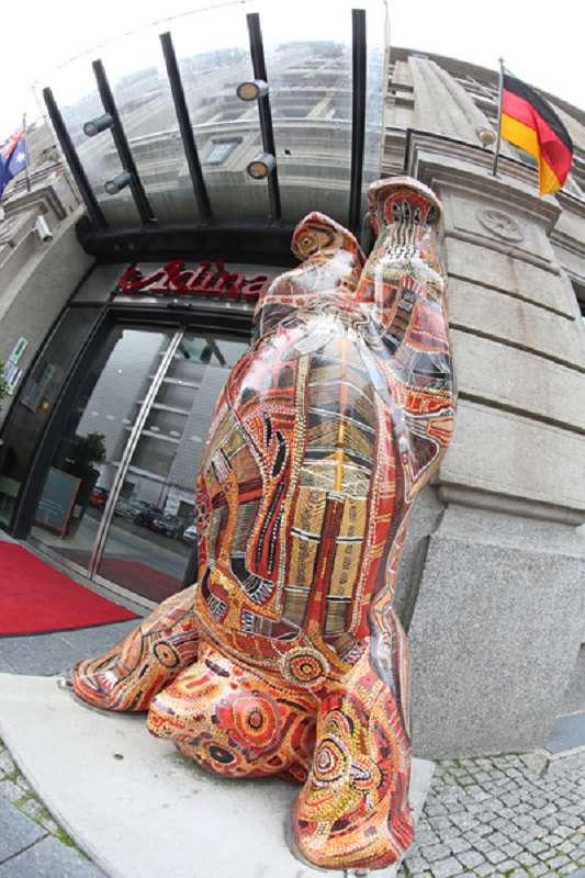 Schon am Eingang des Adina am Checkpoint Charlie, Berlin, werden die Gäste mit einer australischen (Aboriginal-) Skulptur empfangen