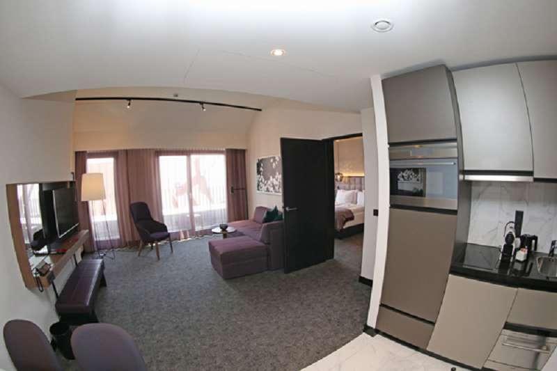Ein typisches Apartment von Adina in Nürnberg: Schlafzimmer, Wohnraum, vollausgestattete Küche.