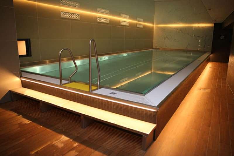Wellness, Fitness, Freizeit: die meisten Adina Hotels haben einen Swimmingpool, der für Hotels verhältnismäßig groß ist. In Berlin ist er 15 Meter lang, in Nürnberg (Bild) immerhin noch 12 Meter.