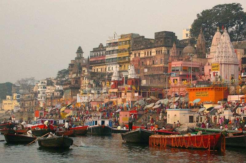 Varanasi - morgens am Ganges an den getreppten Badeplätzen der Ghats