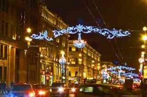 der Nevski Prospekt, die Prachtmeile der Metropole, im Abendverkehr