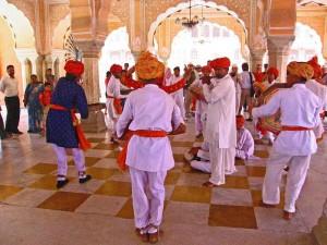 Jaipur - Dorfbewohner spielen und tanzen für den Maharadscha in der Empfangshalle seines Stadtpalastes