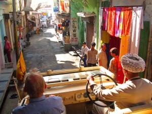 im Jeep des Maharadschas - links sein Stander - durch Deogarh