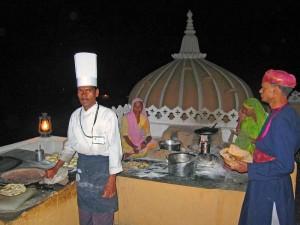 k-16 Auf der Palastterrasse in Deogarh kommen die Brote für das Abendessen aus dem Tandoor Ofen