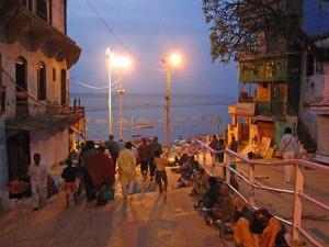 k-2  vor sechs Uhr -  Hindus streben zum heiligen Fluß zur Morgenzeremonie