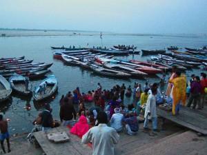k-3 die rituellen Waschungen beginnen schon vor Sonnenaufgang. Öllämpchen schwimmen auf dem Ganges.