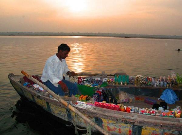 k-4 Sonnenaufgang am Ganges - der Souvenirhändler wartet auf Touristen