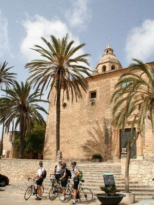 k-6-Radfahrer vor der Kirche von Montuiri
