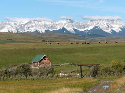 k-Einsames Blockhaus vor den Rocky Mountains