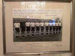 k-Foto der Weltmeister 1954 mit Widmung von Sepp Herberger und allen Unterschriften_Foto_DagmarGehm
