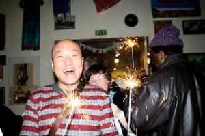 Glücklicher Chinese mit Wunderkerzen Foto_DagmarGehm