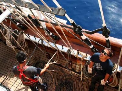 k-Philippinische Matrosen beim Segel setzen