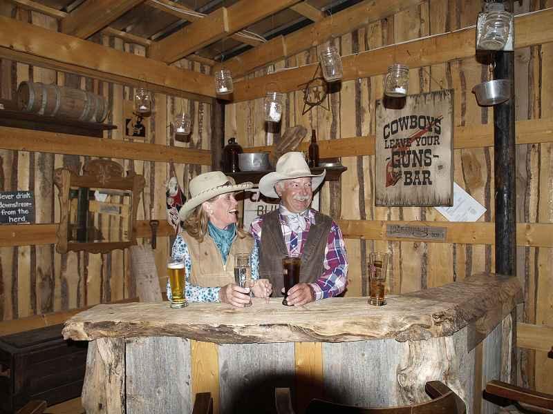 k-Randy und Ginny in ihrer Wildwestbar