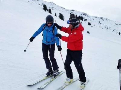 k-Skilehrer Stefan zeigt die richtige Position