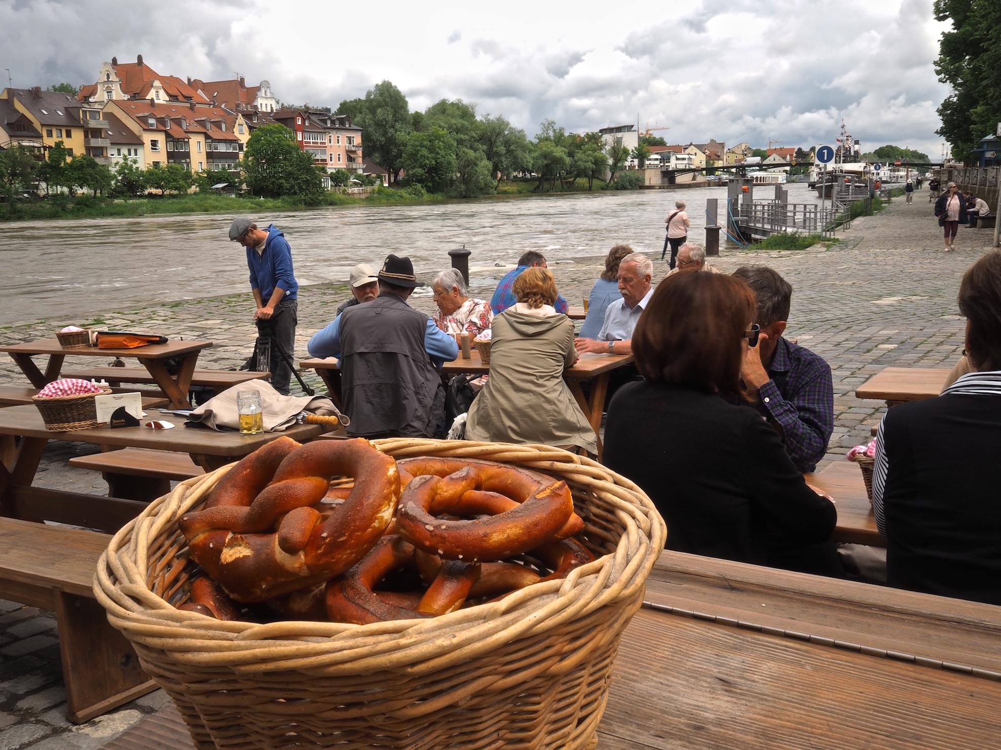 rustikales-Wurstküchenrestaurant-an-der-Donau