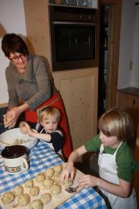 südtirol_sarntal_knödel kochen mit bäuerin maria foto schuler