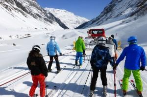 Bei der Silvretta-Skisafari zieht der Pistenbully die Teilnehmer ins Tal. Foto: Montafon Tourismus/Christina Wachter.